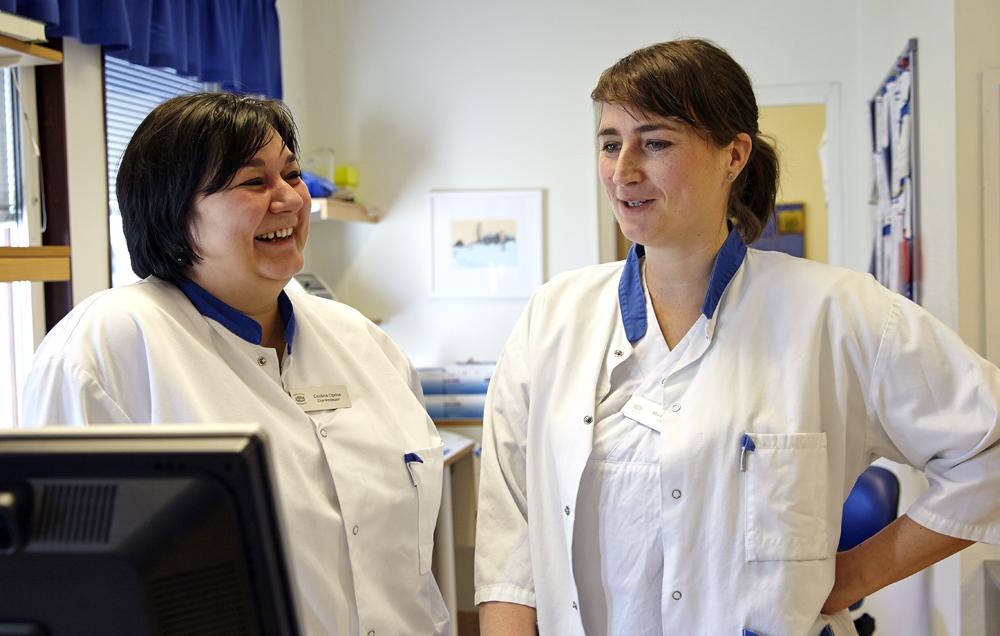 Cristina Oprisa Lövdahl, specialist i allmänmedicin och Marit Nygren, ST-läkare på Vårdcentralen Malmköping. Foto: Bo Arrhed