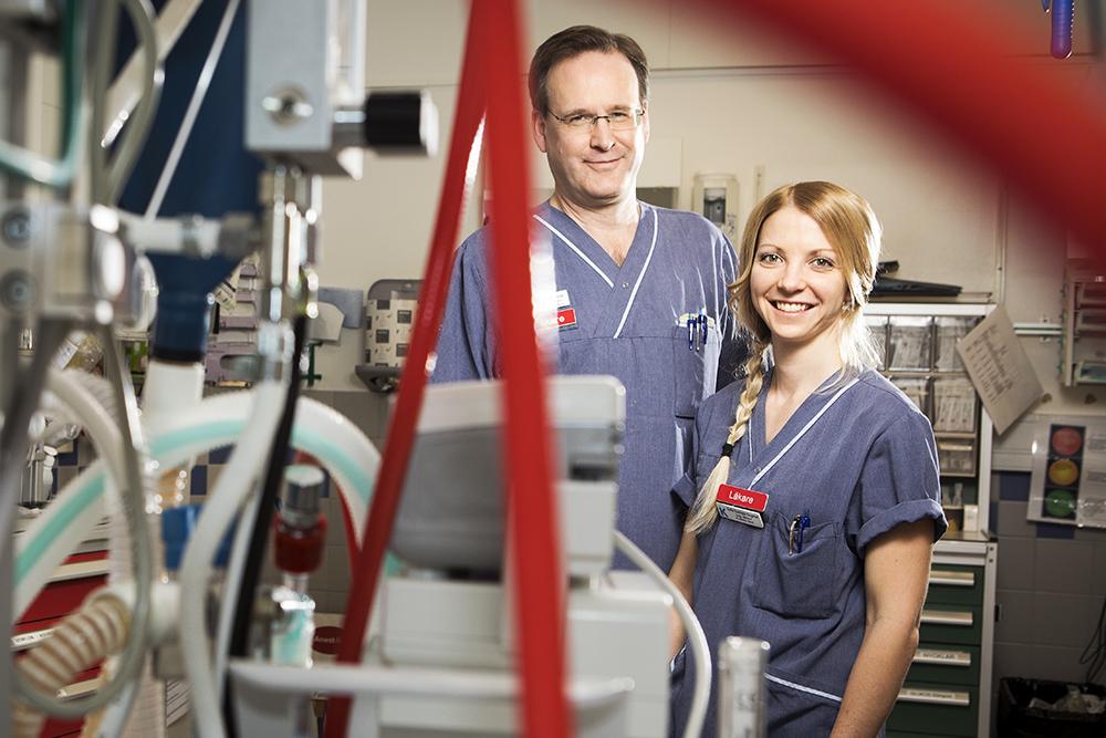 Per Lundström, Specialistläkare i akutsjukvård och Sofie Koivisto Engman, ST-läkare i akutsjukvård på Karolinska Universitetssjukhuset i Huddinge. Foto: Johan Marklund