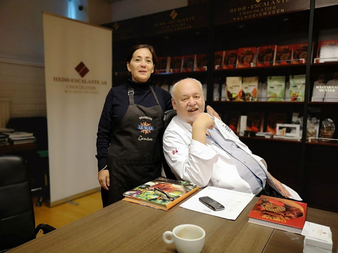 Jan Hedh och Maria Escalante erbjuder tillsammans med SAS praliner till hälso- och sjukvården